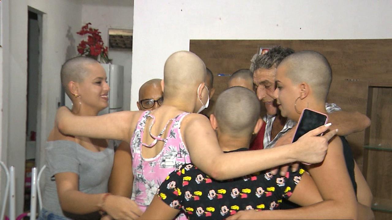 Família raspa cabelo apoio jovem com leucemia