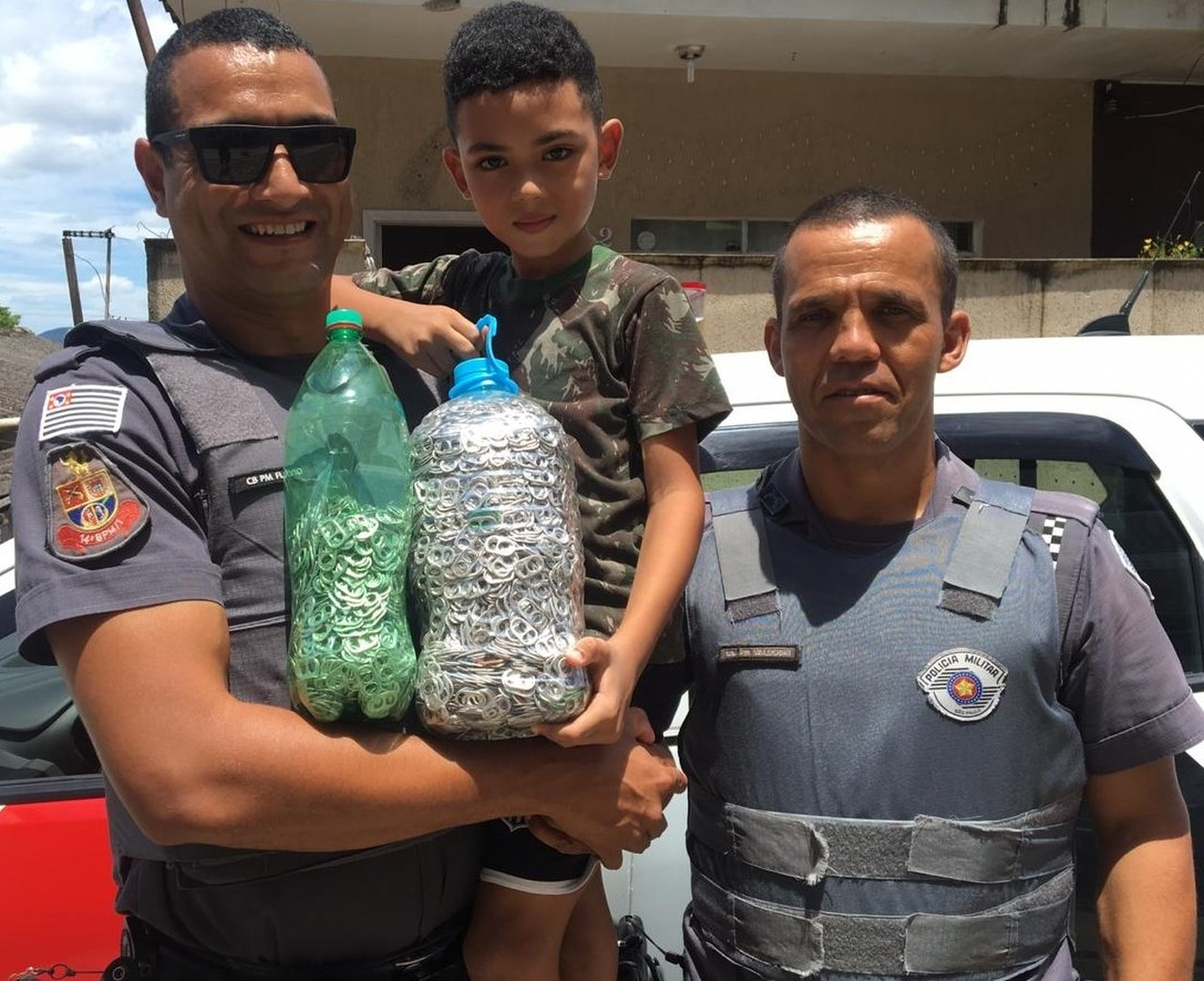 menino junta lacres entrega policiais militares