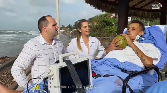 paciente terminal ao lado da equipe médica vendo o mar de São Luís