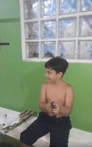 menino com o violão de brinquedo