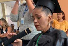 Estudante internada câncer terminal recebe título honorário enfermeira