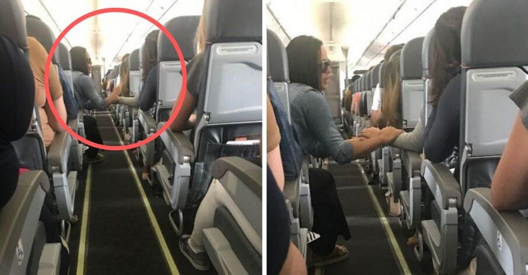 passageira dá mão mulher medo avião turbulência