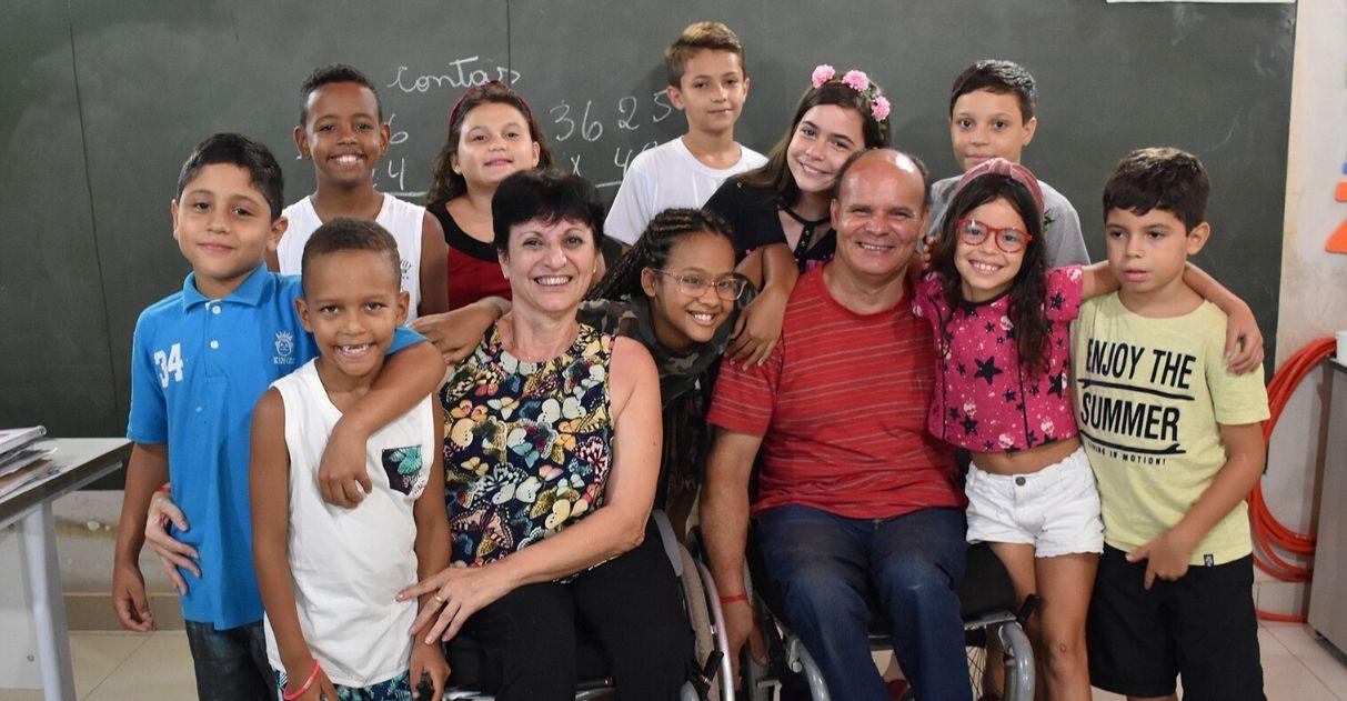 Casal de cadeirantes monta sala de aula em garagem e alfabetiza crianças em SP
