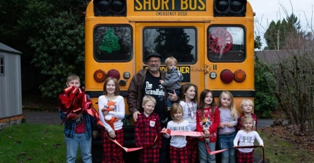vovô compra ônibus para levar netos para a escola