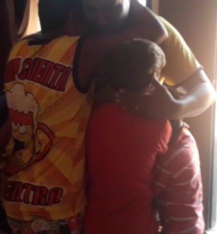 pai que comprou bicicleta para os filhos sendo abraçado por eles