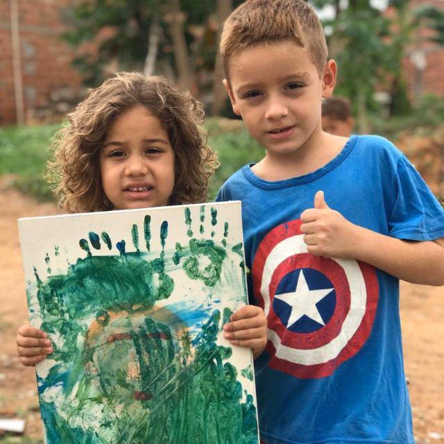 """Em vídeo fofo, menino vende """"obra de arte"""" da irmã para construir sua casa 3"""