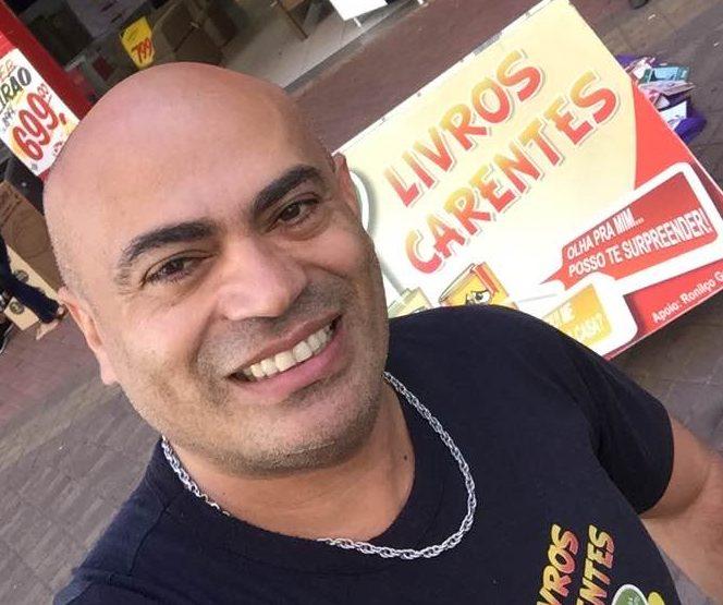professor com o seu projeto de livros em Campo Grande