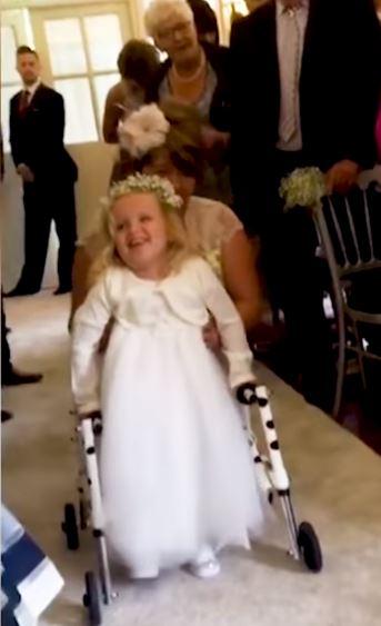 Menina com espinha bífida anda primeira vez casamento mãe