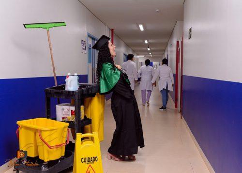 Zeladora de hospital se forma com rodo na mão
