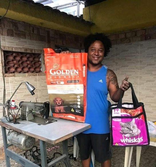 estudante que faz bolsas com sacos de ração no Rio de Janeiro