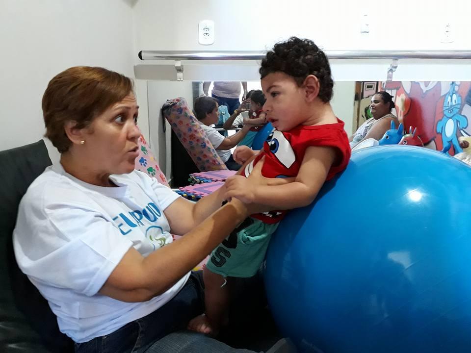 fisioterapeuta do Morro do Alemão com criança