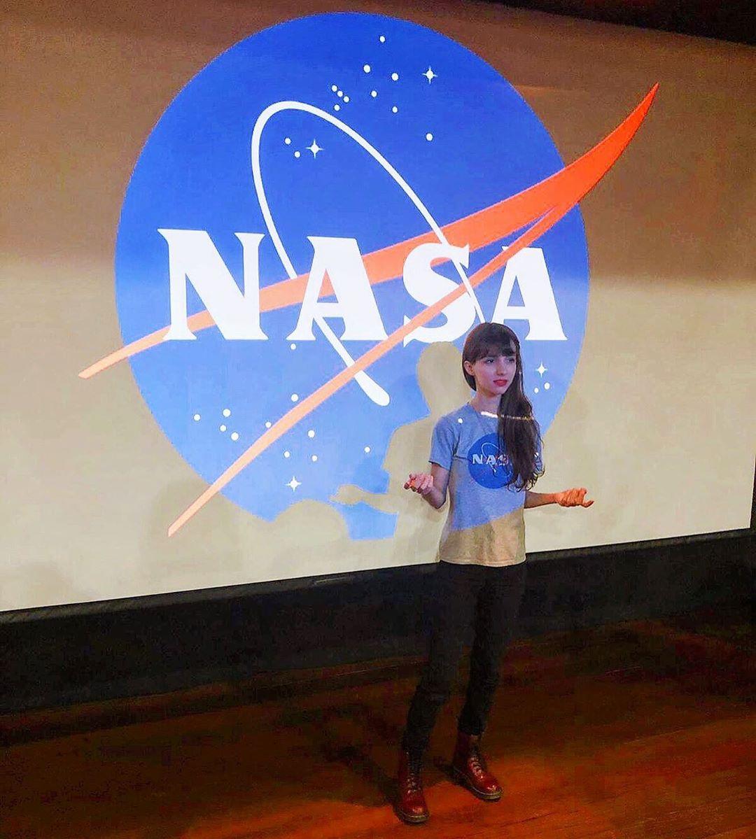 jovem astrônoma fazendo palestra