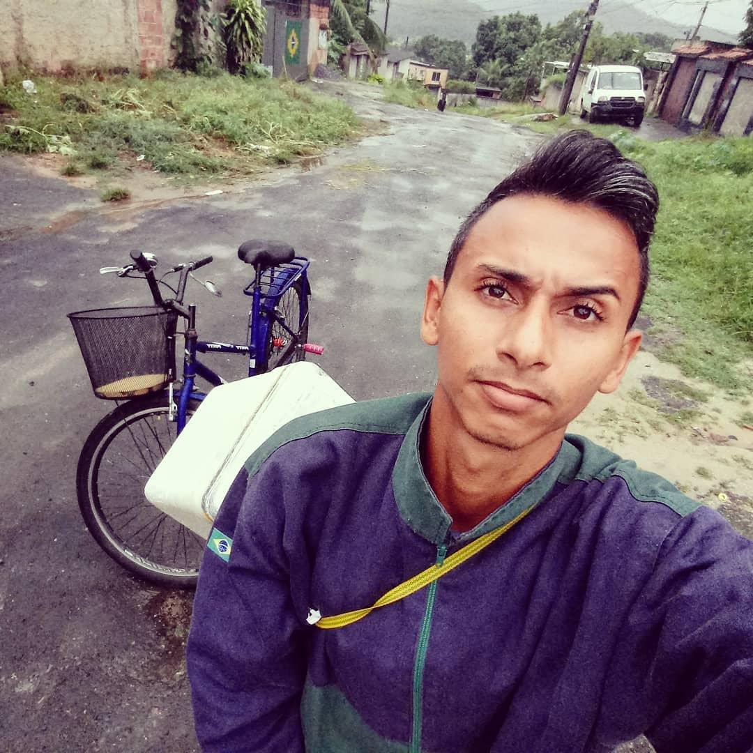 pai com filho que tem doença sem cura com a bicicleta que usa para entregar salgados