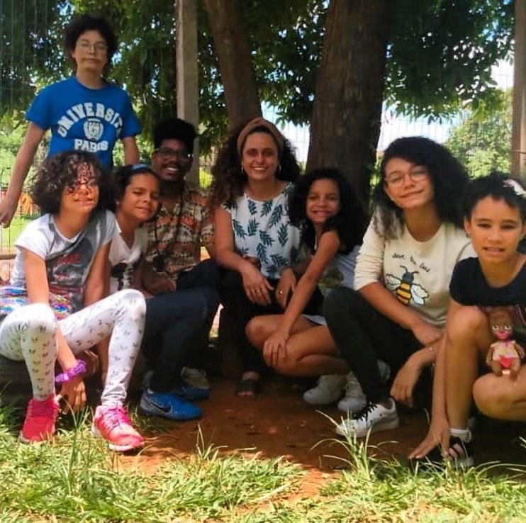 pedagogo com os seis irmãos que adotou e namorada