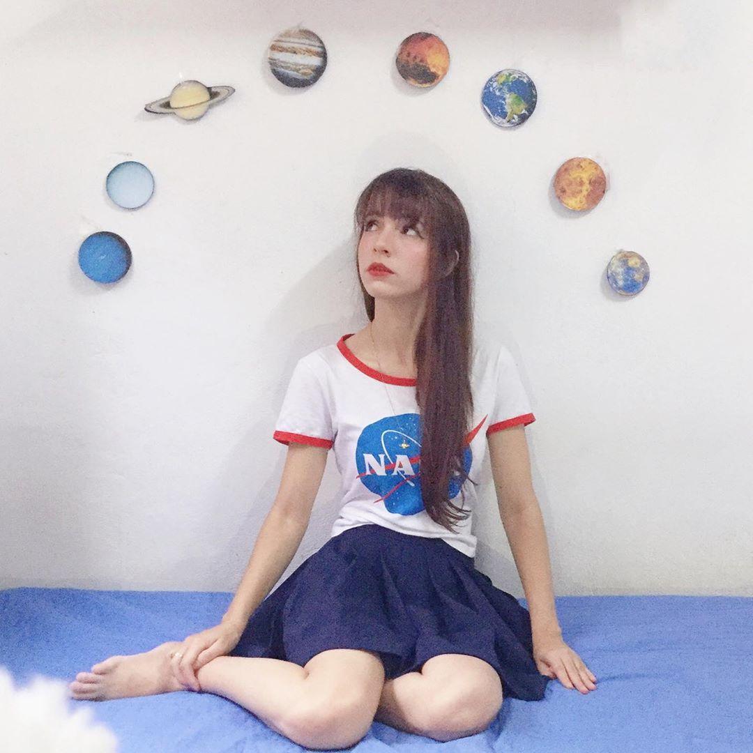 jovem astrônoma olhando planetas