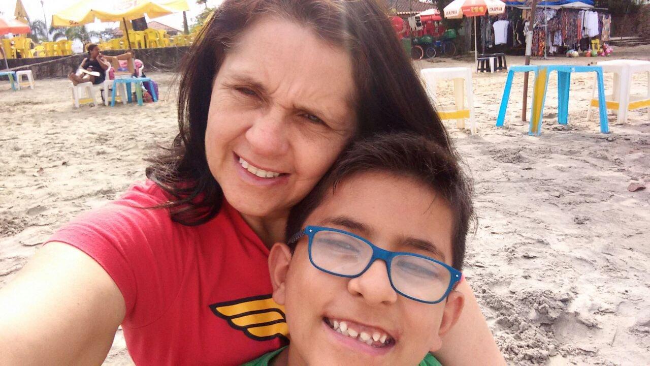 mãe que teve remédios de filho autista furtados de mochila ao lado filho