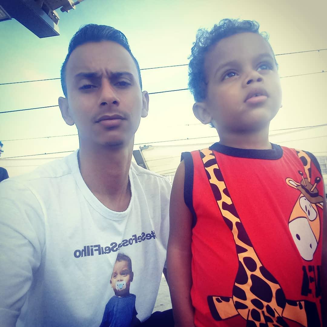 pai com o filho que tem doença sem cura
