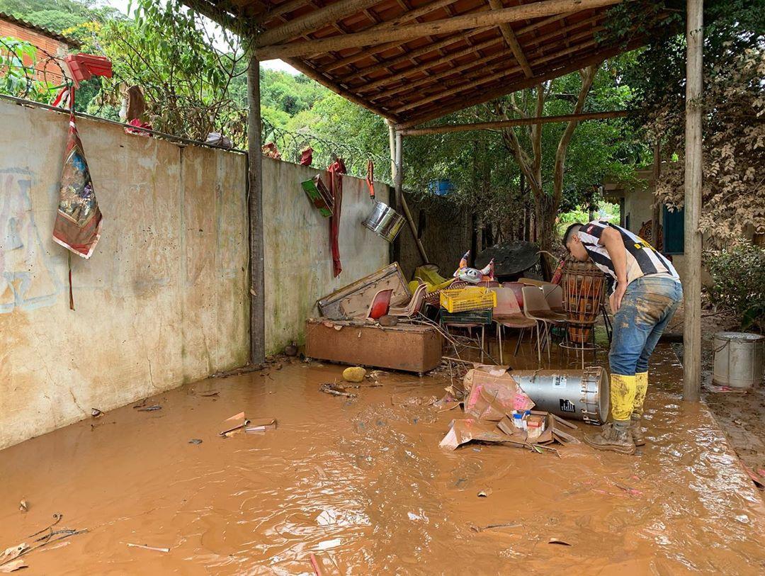 Casa de Gentil coberta por lama após fortes chuvas em MG