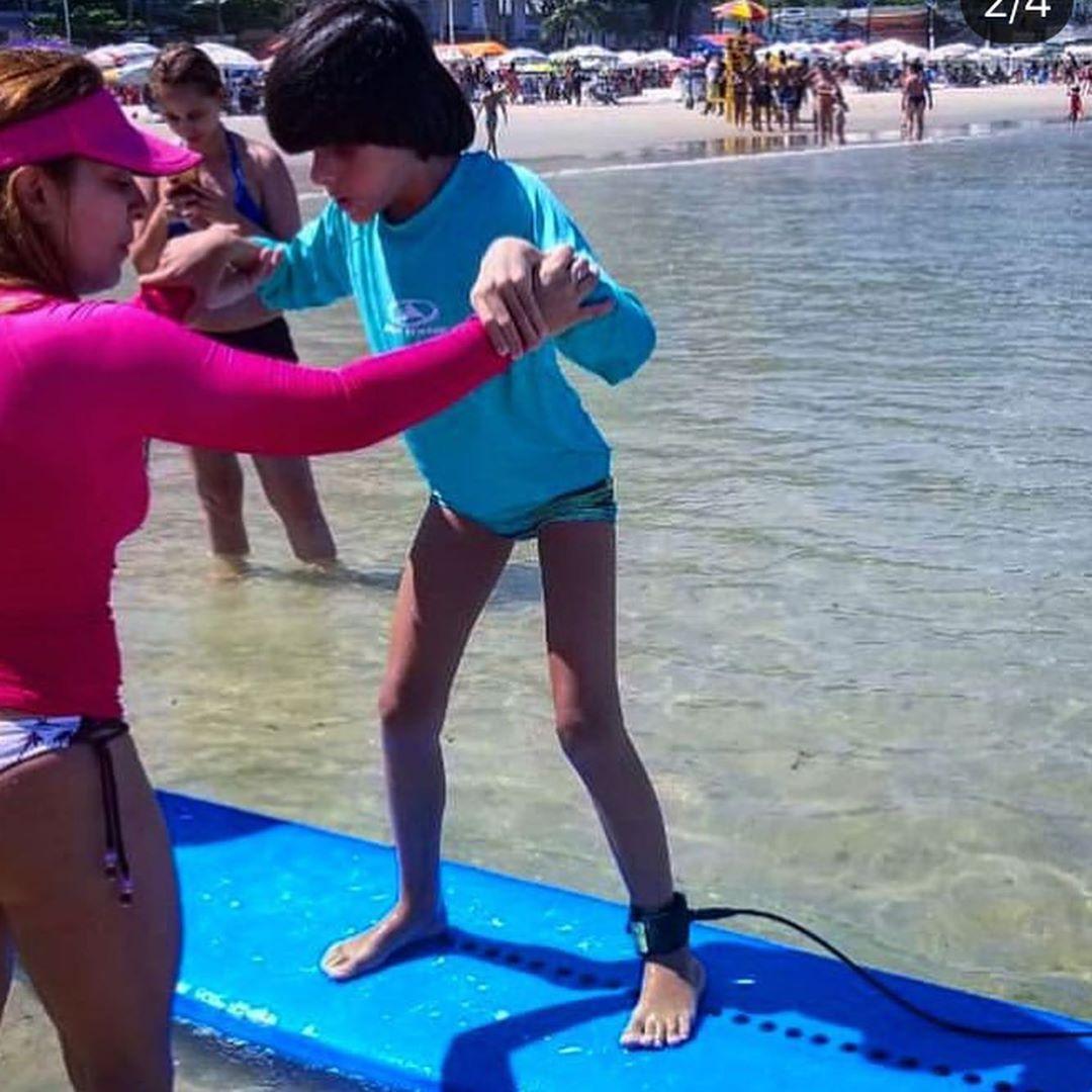 Menino cego aprende surfar ganha foto 3D instrutora