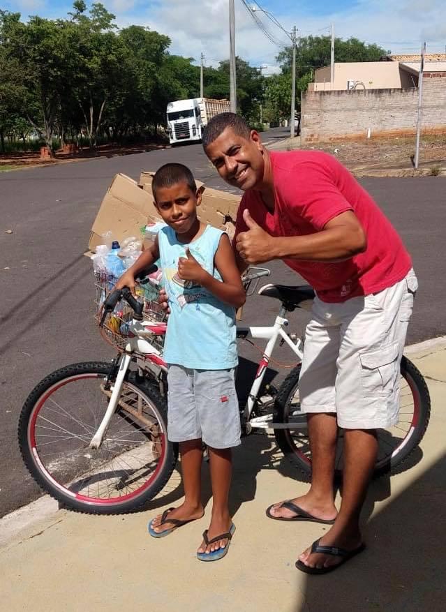 Menino catador ganha bike e material escolar para ir escola
