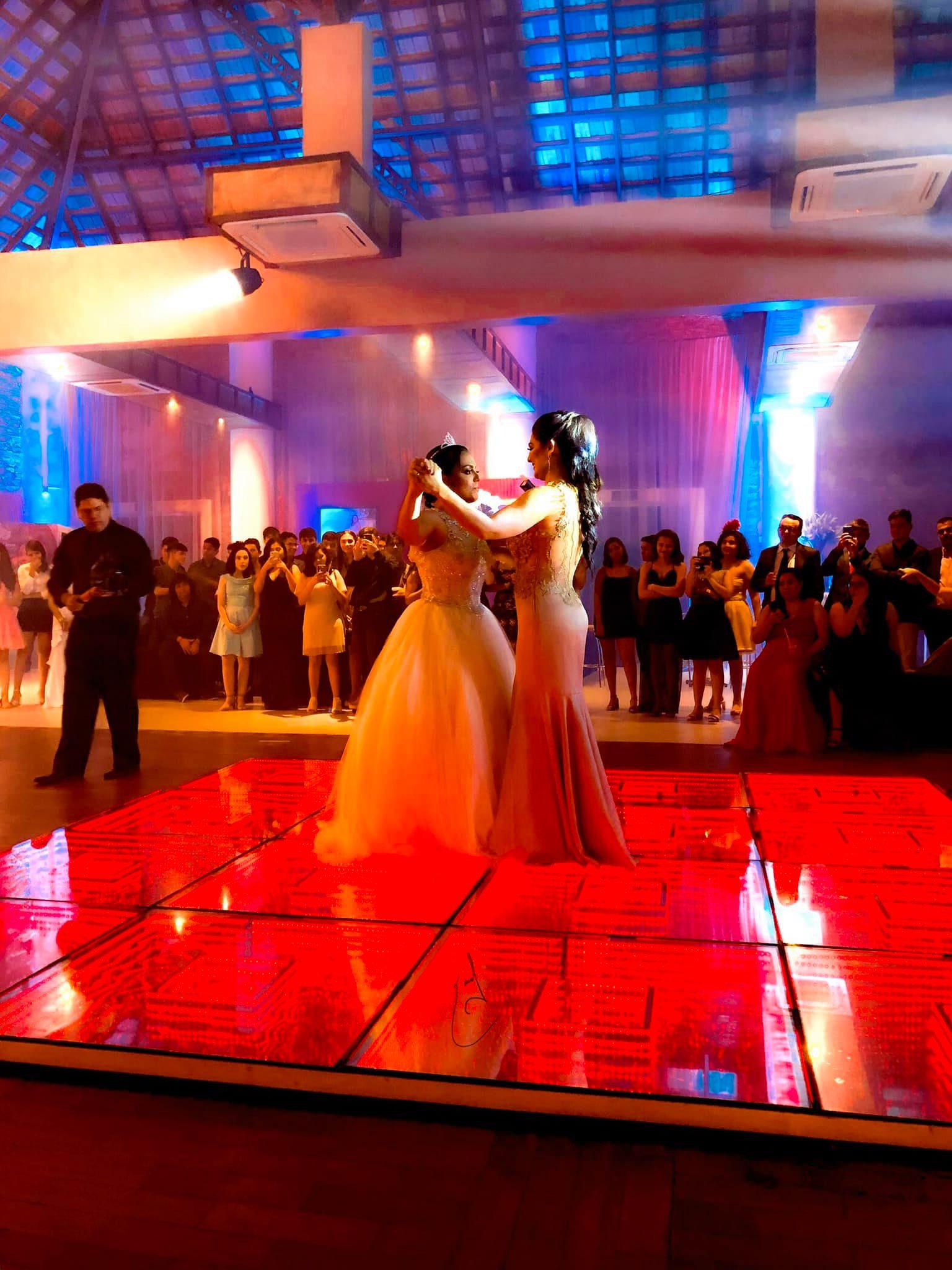 mãe dança valsa festa de debutante com filha que perdeu o pai