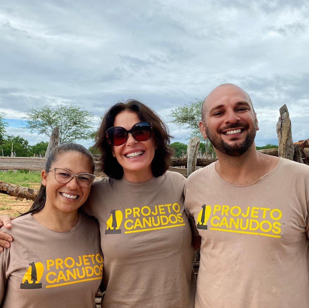 Atriz Carolina Ferraz com voluntários do projeto Canudos