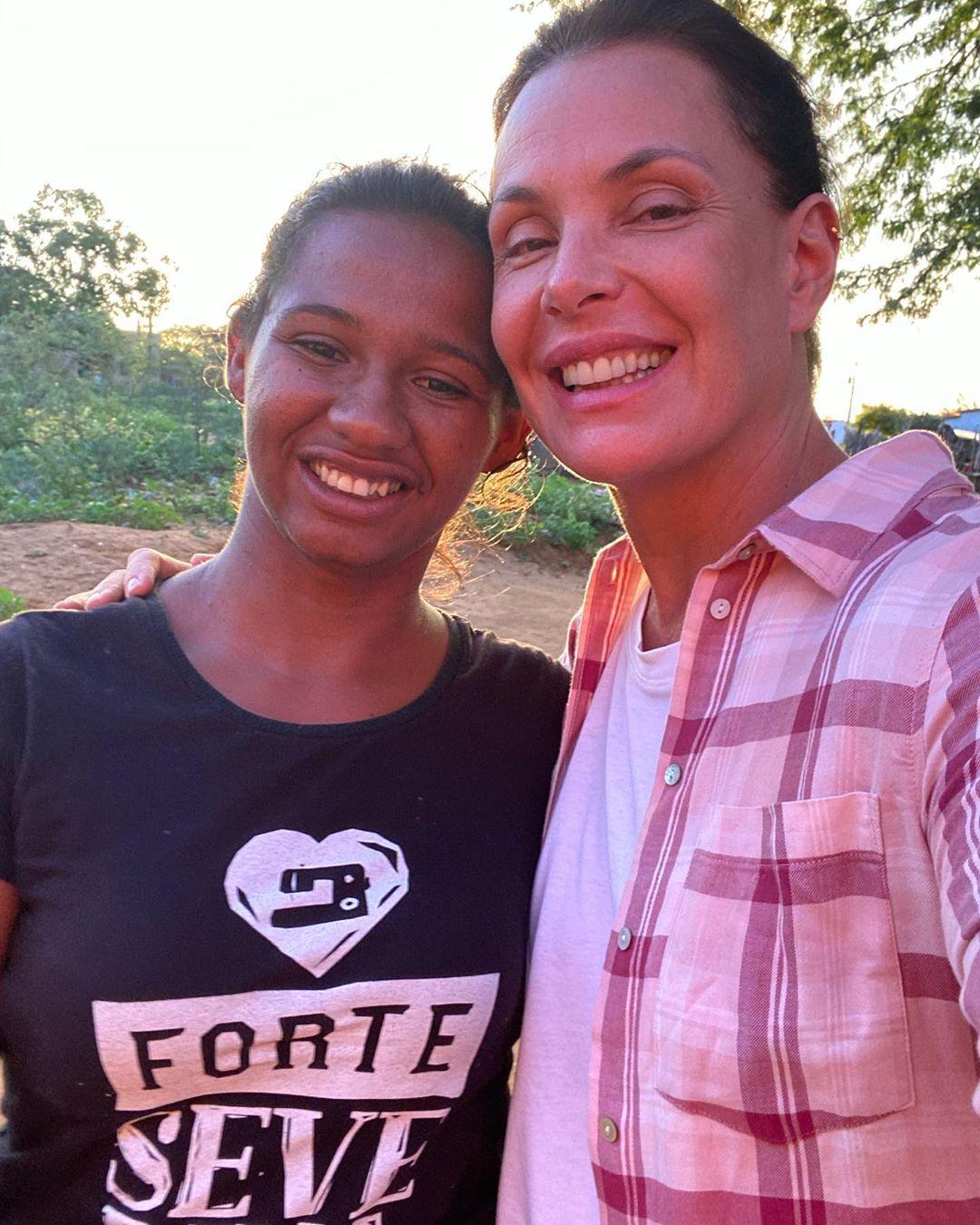 Atriz Carolina Ferraz com mulheres do projeto Forte Severina