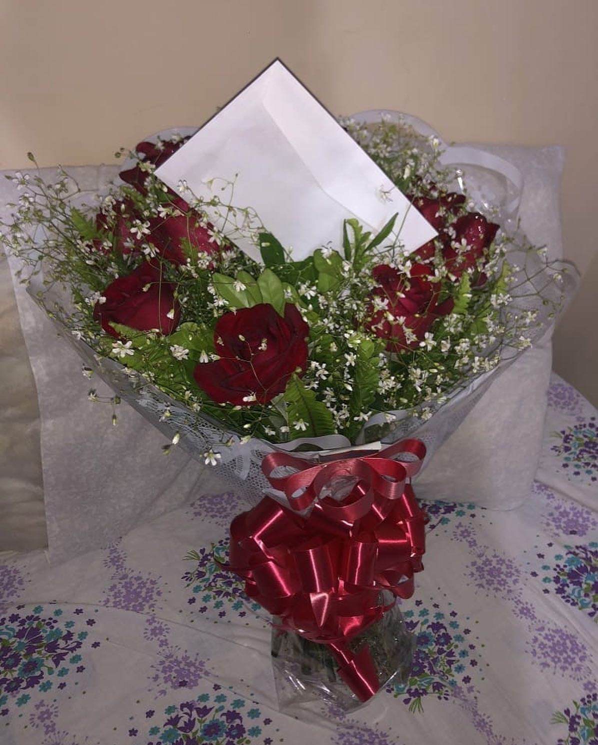 Jovem presenteia namorada com flores e noite de cinema