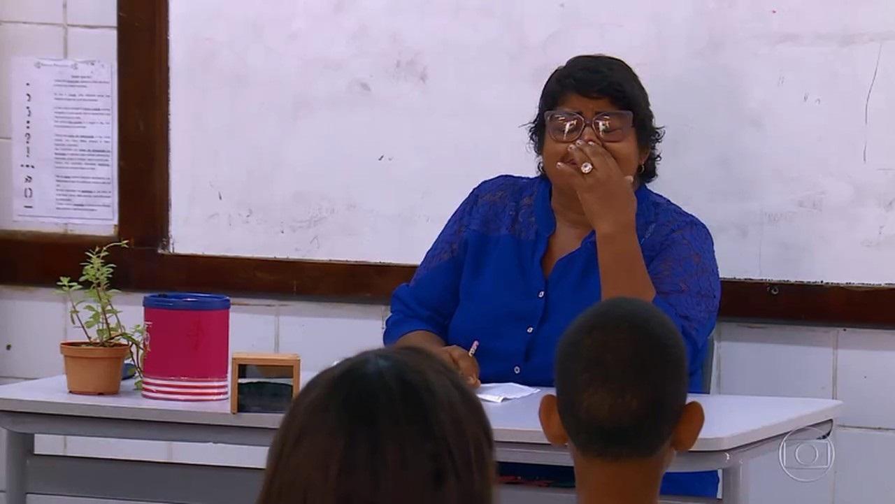 Alunos homenageiam professora durante chamada