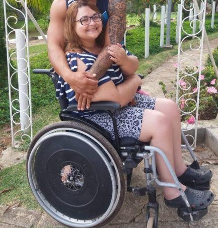 Professora cujo aluno faz campanha para comprar cadeira de rodas em em cadeira de rodas