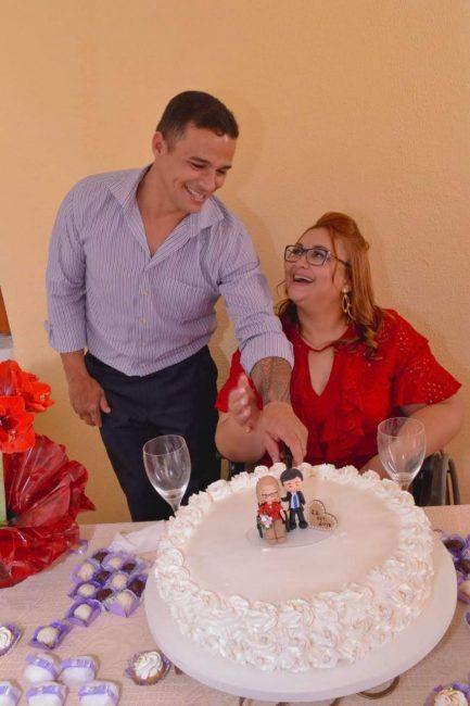 Professora que vai ganhar cadeira de rodas de aluno com esposo