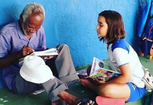 Aos 9 anos de idade, menina ensinou vendedor de picolé a ler e escrever 4