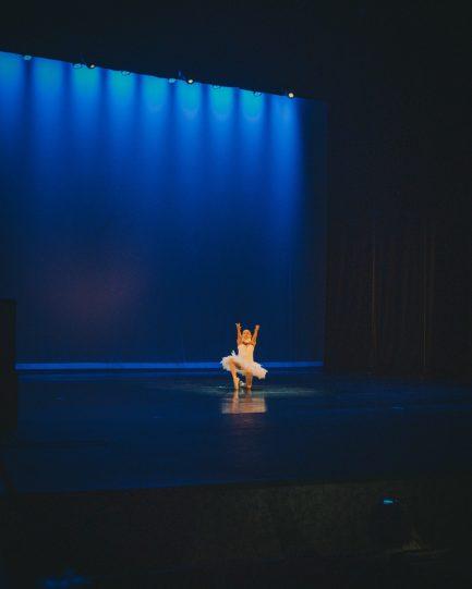 Bailarina com síndrome rara com pescoço fixo dançando na ponta do pé