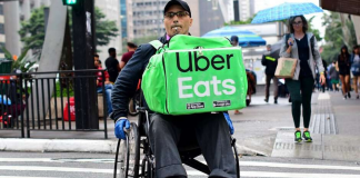 Cadeirante que faz entregas em SP sonha ter cadeira motorizada e internautas criam vaquinha