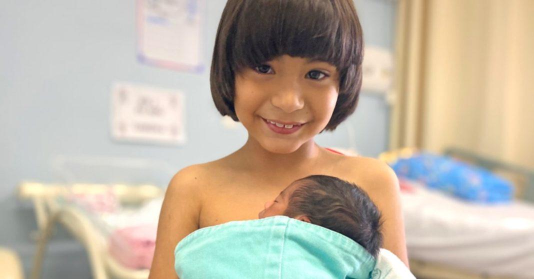Menino faz método canguru em irmãzinha prematura e a sua reação é a mais fofa 2