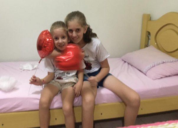 Larissa, que passou por transplante de coração e sua irmã mais nova, que tem mesmo problema