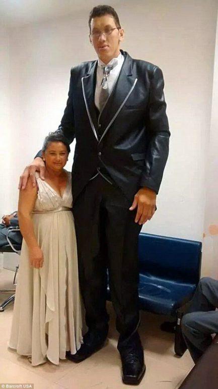 Ninão, o homem mais alto do Brasil e sua esposa