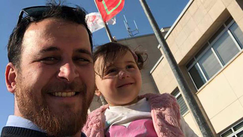 Menina síria que o pai fazia rir das bombas escapa da guerra