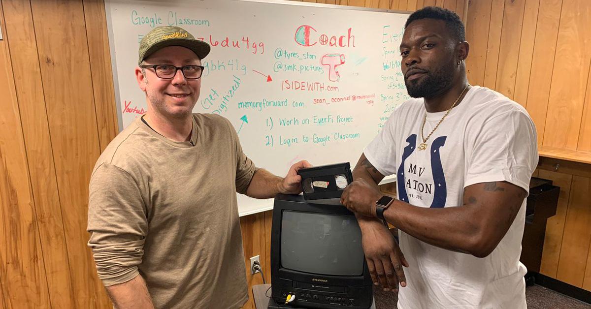 homem encontra fita videocassete antiga devolve família