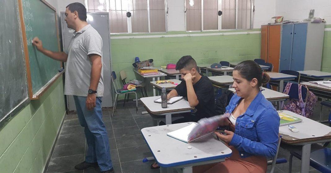 Mãe volta a estudar e se matricula na mesma sala que o filho para ajudá-lo nos estudos 3