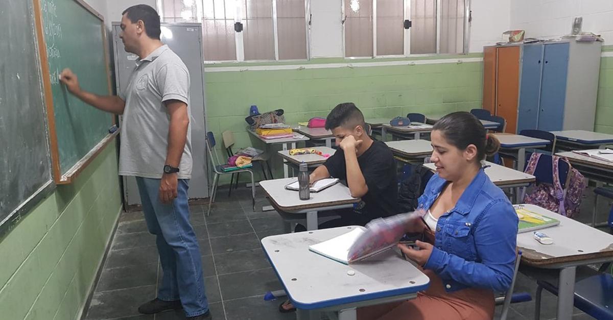 Mãe volta a estudar e se matricula na mesma sala que o filho para ajudá-lo nos estudos 1