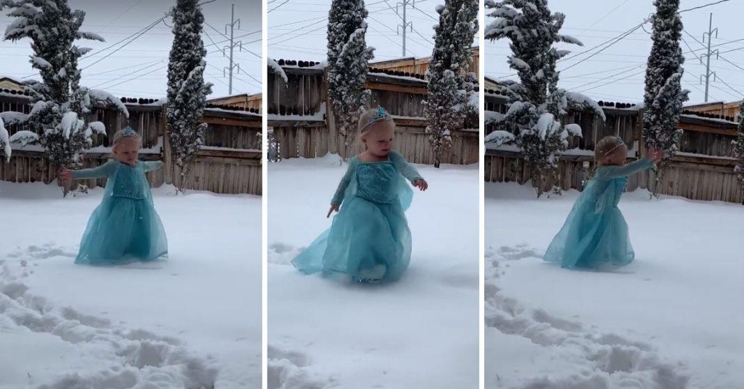 Em vídeo fofo, menina vestida de Elsa canta na neve e viraliza 3