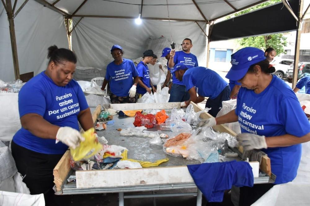 Lixo recolhido carnaval de rua transformado lixeiras sustentáveis