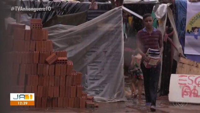jovem que criou escola de lona salvando livros de chuva