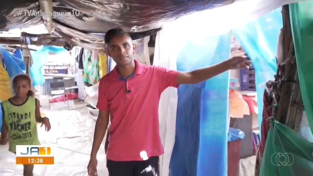 jovem que criou escola de lona mostrando o espaço
