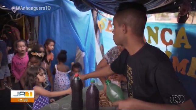 jovem que criou escola de lona entregando merenda