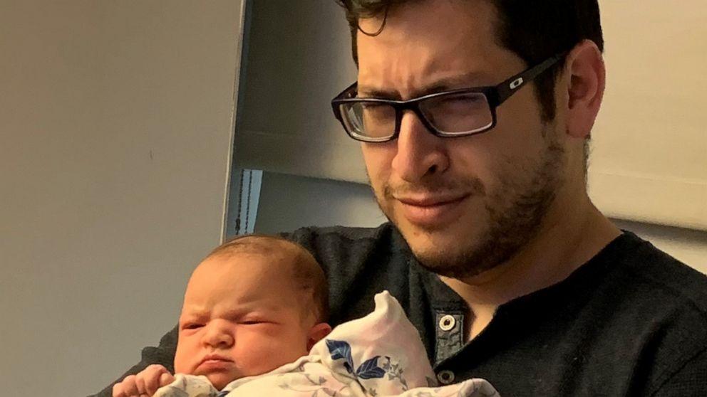 Bebê recém-nascida cara de brava ensaio fotográfico