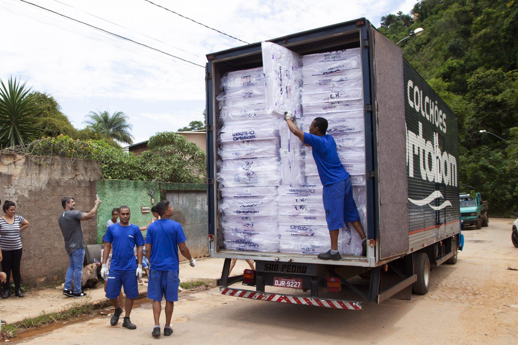 caminhão da Ortobom com os 500 colchões