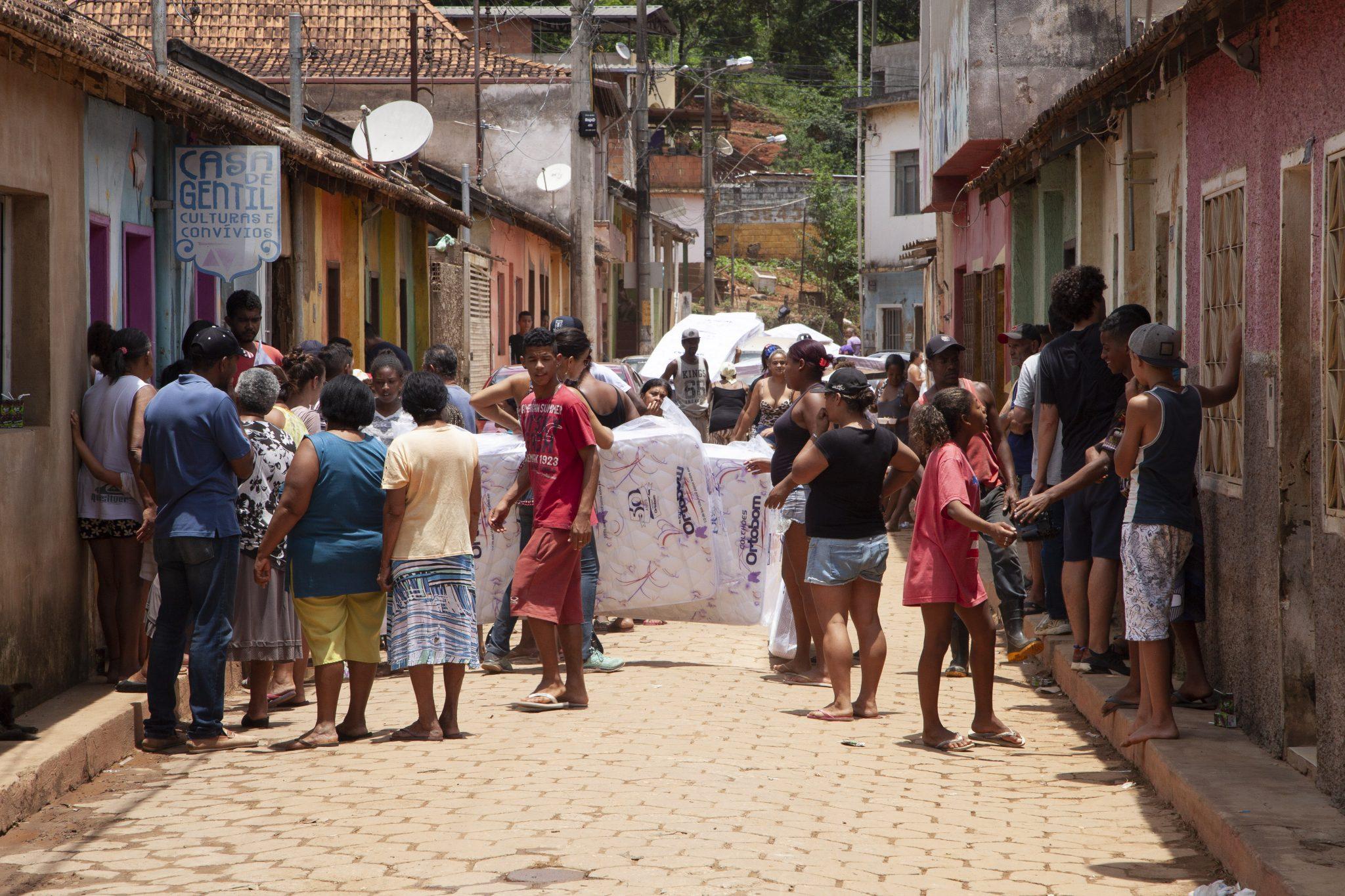 moradores com colchões da Ortobom