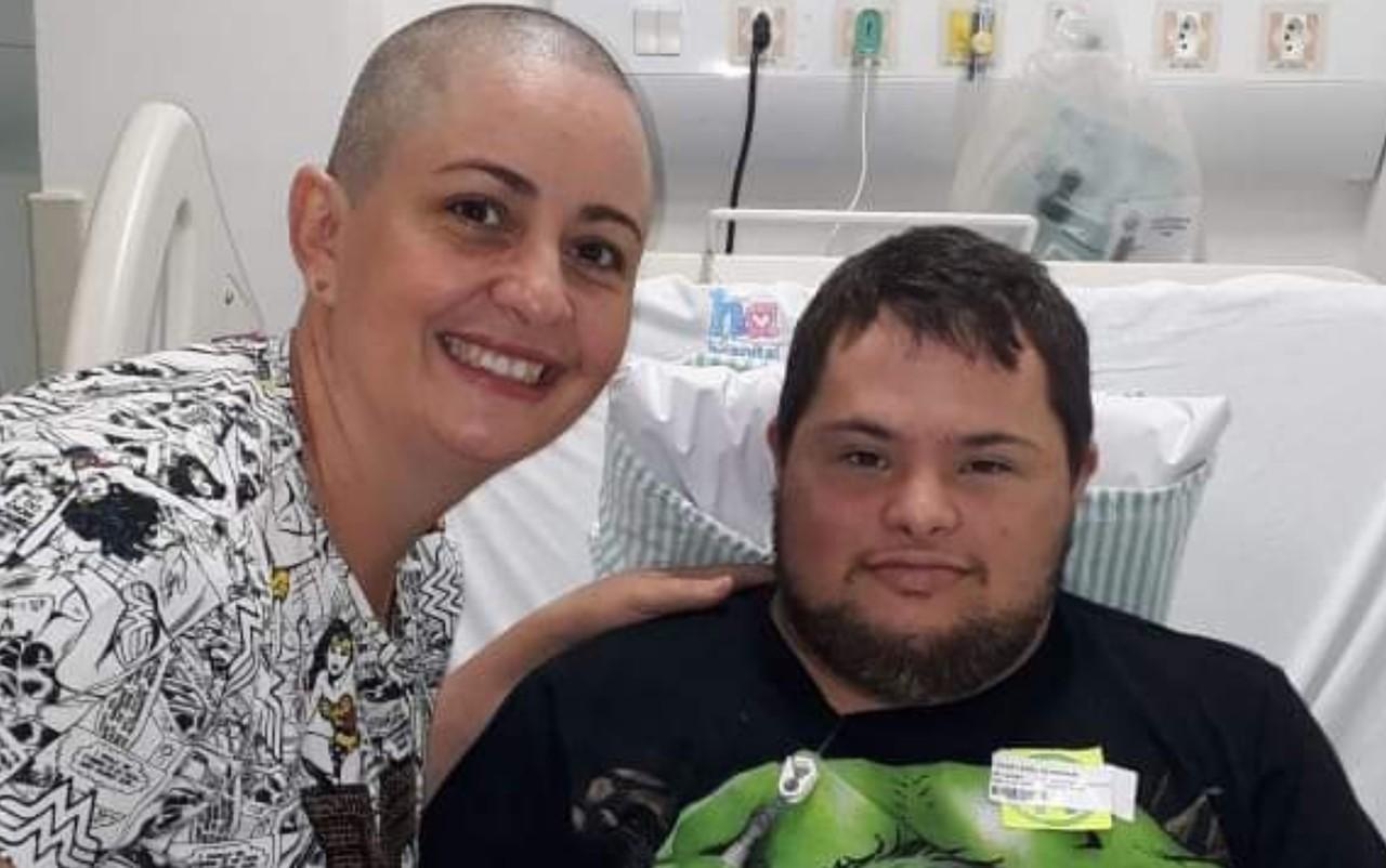 Jovem com Down vence câncer e 'vira' policial de delegacia